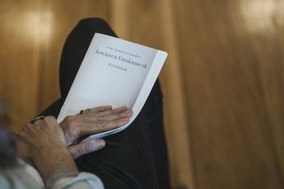 Con el folleto en las manos